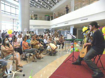 殘障吉他歌手吳俅獻藝∼吸引上百位民眾踴躍前往聆賞