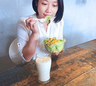 上班族周末暴食老得快,營養師推:「高纖豆漿 沙拉」平衡餐